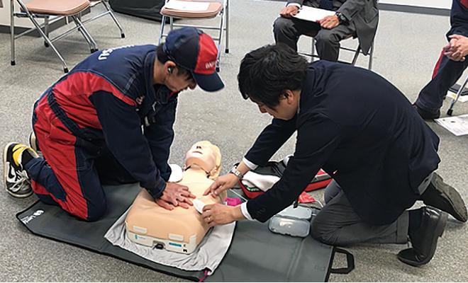 全店舗AEDを設置 全社員が「救命講習」を受講